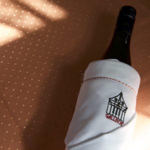 Wein vom Nibelungenhof mit der Gallhof-Serviette