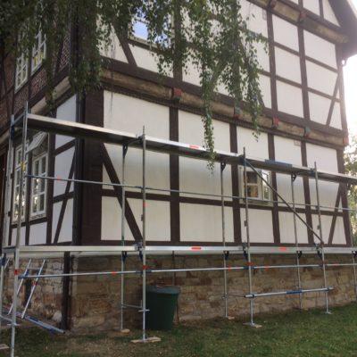 Das Gerüst wird um den Gallhof errichtet